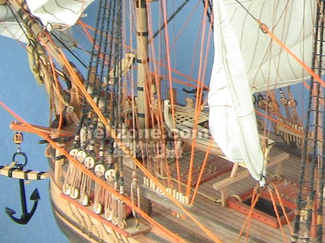 1787年英国海军总部为执行一次特殊任务而购买了这艘为The Bounty(博爱号)的商船。她要绕世界半圈才能到达Tahiti,在那里采集包果,再将他们运往西印度群岛。在那里的英国庄园主用这些廉价品作为工人的食物。   Bounty在离开英国10个月之后到达Tahiti。这艘般在Tahiti停留5个月,在此期间William Bligh船长允许他44名船员中的大部分人在岸上居住。当他们要返回英国的时候,很多人都想留在岸上和他们在当地找到的爱人生活在一起。   后这些人在Pitcaim港安顿下来。他