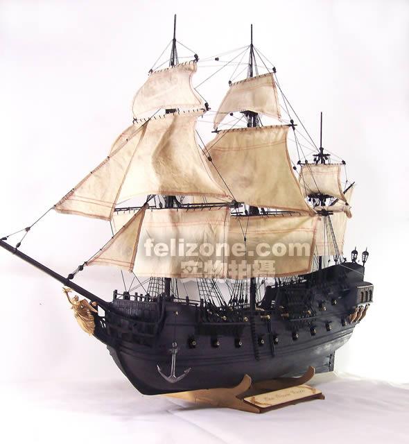 加勒比海盗电影中大名鼎鼎的黑珍珠号,杰克船长的座驾。国内独立开发。采用全椴木日本进口肋板,外皮黑胡桃,镀铜的锡合金件。   模型比例为1:50,绝大部分零件都已预制好,制作者只需按照图纸和说明书要求就可以轻松地把它们组装起来;船体部分提供了基础架构和木条,这样做出来的船体更能体现古典帆船的特色;另外套材里还配套绳索,使制作者不需要再进行什么额外的加工,就可以做出一条地道而漂亮的古帆船模型来。同时,制作这个模型的工具也很简单,一把刻刀、一把尺子、一把小锉、白乳胶、502胶水、大头针、铁夹子等即可。